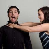 夫の首を絞める妻